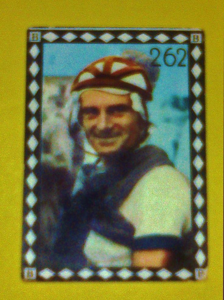 """Jean Robic - Figurina dell'album FOTOCOLOR (1950), pubblicato dalla casa editrice B.E.A. di Milano, che pur essendo dedicato al campionato di calcio del 1950-51, si conclude con due pagine e ventiquattro figurine dedicate ai """"Grandi campioni del ciclismo""""."""