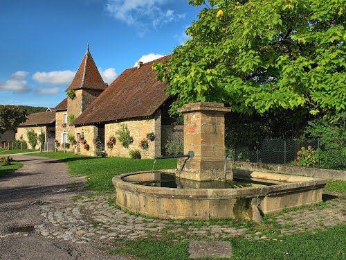 Nans : fontaine et vieille maison fleurie