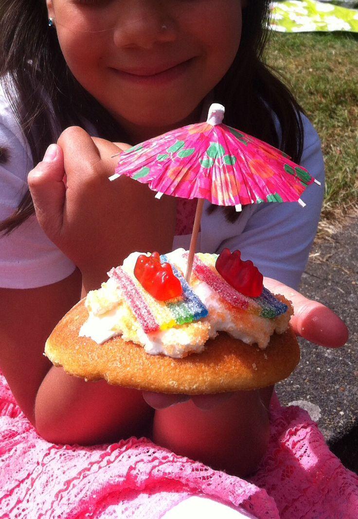 Strand koeken: eierkoek (kan ook cupcakes) slagroom, rietsuiker als zand, zure matten in stukjes als handdoek. Gummie beertje erop en parapluutje. Et voila!