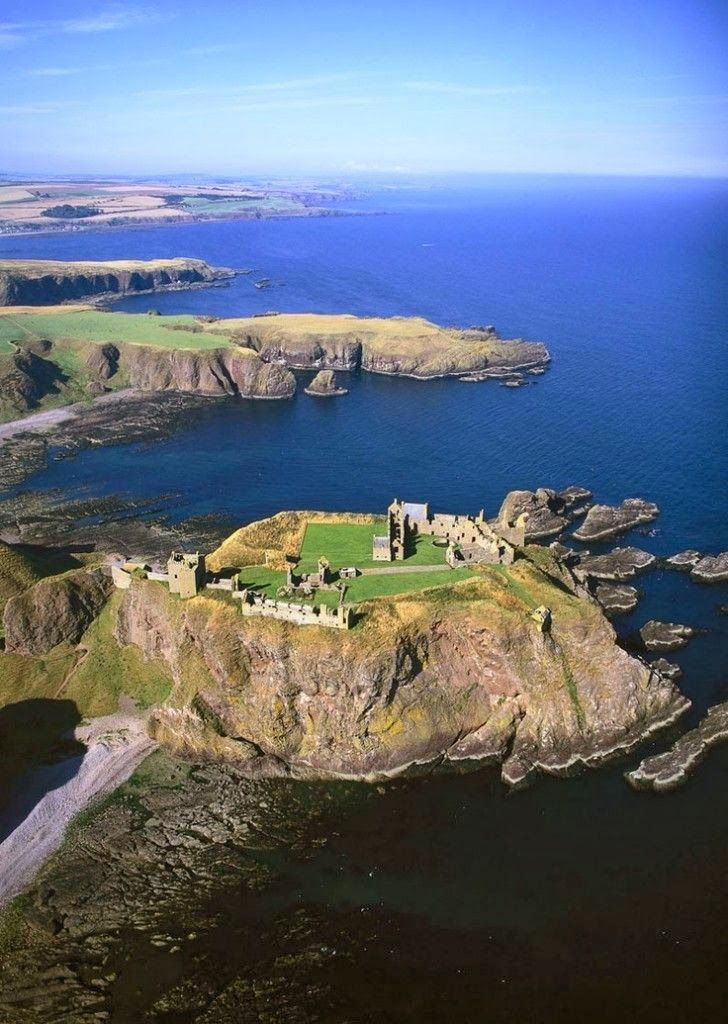 Dunnottar Castle, Aberdeen, Scotland, UK. I want to go there so friggin bad!  http://newwonderfulphotos.blogspot.com/2013/12/dunnottar-castle-aberdeen-scotland-uk.html