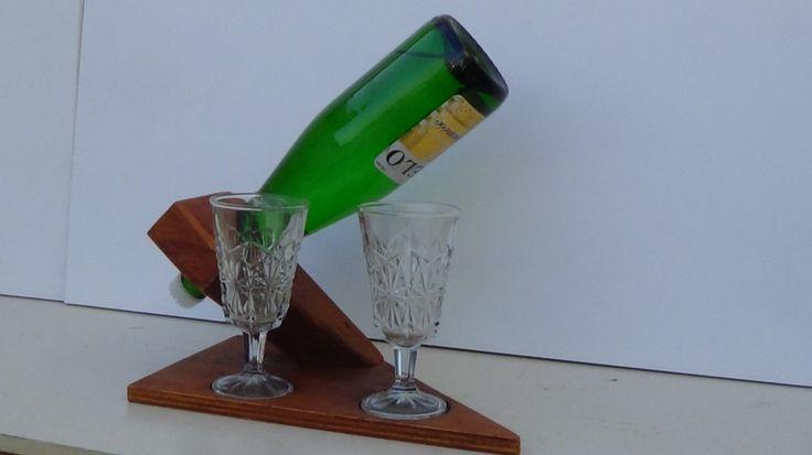 Porta botella de vino con dos copas al frente