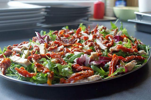 Feel Eat!: Sałatka z grillowanym kurczakiem, suszonymi pomido...