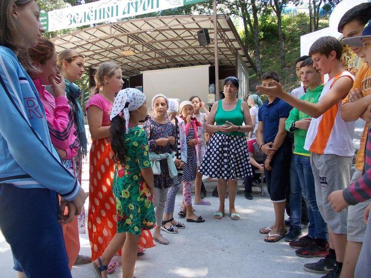 ДЕТЕКТИВНЫЕ ИСТОРИИ В «ЗЕЛЕНОМ АФОНЕ»  4 августа в летний подростковый лагерь «Зеленый Афон» вновь прибыл очередной библиотечный десант. Детектив-шоу, организованное сотрудниками ЦБ им. С.В. Михалкова для отдыхающих в лагере детей, было направлено на развитие памяти, воображения и интуиции, т.е. всего того, что так необходимо настоящему сыщику.  40 юных детективов, разделившихся на две команды - команду девочек «Логика» и команду мальчиков «Дедукция», соревновались на получение звания…