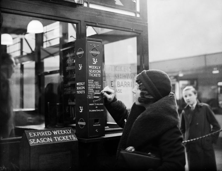A traveller buys a London Underground season ticket from a vending machine at Highgate Station, 1932. | 38 Breathtaking Pictures From The Early Days Of The London Underground