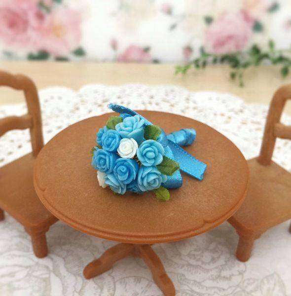 花びら1枚から手作りした、指先サイズの小さなバラをブルー系でまとめました♪ お手持ちのドールと一緒に飾ったり、インテリアにしてみてはいかがでしょうか?※こちらブルーブーケのカートです。他色は別カートにてご用意しております。●カラー:水色、薄水色、白、黄緑●サイズ:4cm×2.5cm●素材:樹脂粘土、ワイヤー、リボン等●注意事項:制作時に注意しておりますが、指紋や細かい埃が付着している場合がございます。 パーツとワイヤーを接着剤で接着しておりますが取れやすくなっております。 優しいお取り扱いをお願いします。●作家名:tokosweets#ミニチュア #クレイフラワー #樹脂粘土 #花束 #ブーケ #フラワーアート #ドールハウス #バラ #薔薇 #ローズ #かわいい #インテリア #シルバニア #ハンドメイド #handmade----------------------------------------------【定形外郵便の料金改定】2017/6/1日本郵便の料金改定により定形外郵便は全て規格外料金価格とさせて頂きます。【ギフトラッピング】簡単なギフトラ...