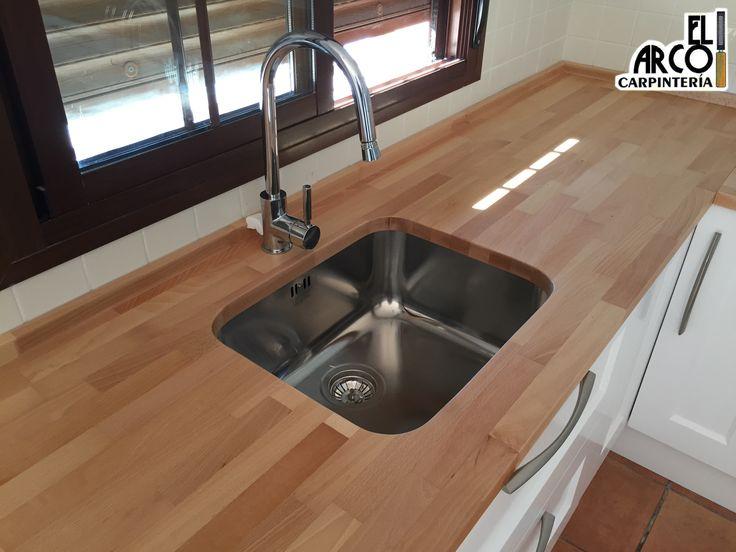 cocina mdf lacada en color blanco en puertas y cajones encimera de madera de