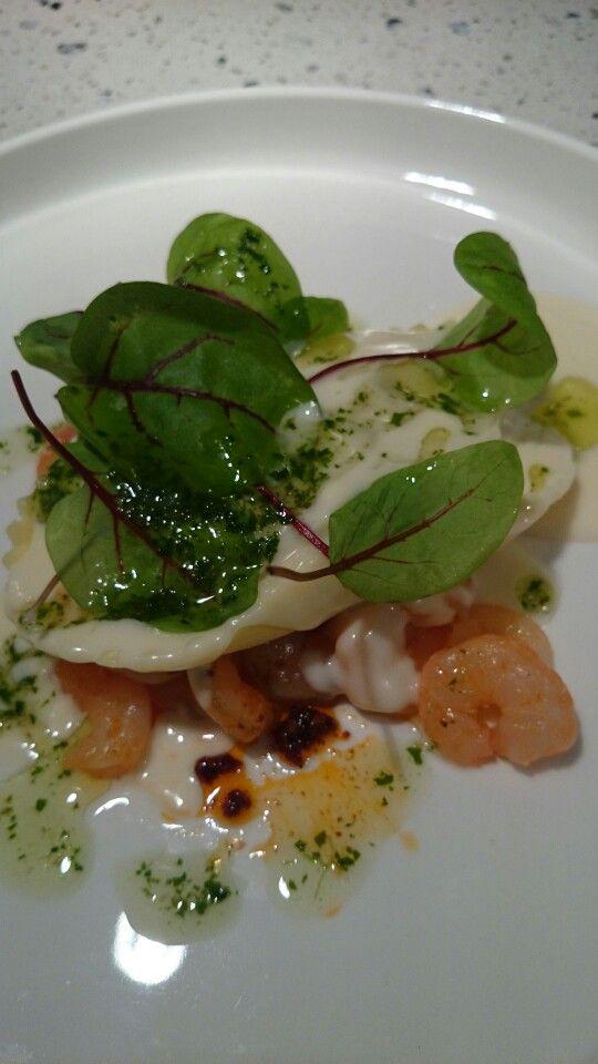 Noorse garnalen met ravioli v kreeft, en ww saus en basilicum olie