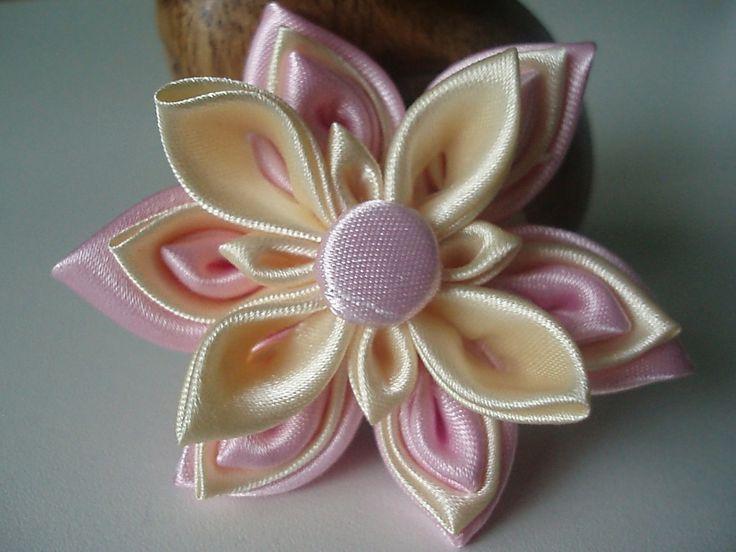 hurá na ples Květinka kanzashi vyrobená ze saténové stuhy. Sami si vyberete podklad na který ji chcete upevnit, takže vám poslouží buď jako brož, čelenka nebo spona do vlasů. Průměr květu je 7,0cm. Kanzashi všeobecně jsou vlasové ozdoby, které nosily zejména gejši. Sama technika výroby ozdob je poměrně složitá - jedná se o skládání jednotlivých okvětních lístků ...