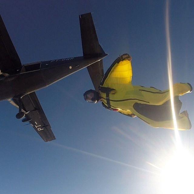 Atleta Alysson Matos de Rondônia aprendendo a voar com a Flyerz. Foto @leoorsini #hangar33 #goflyparaquedismo #goprodreams #paraquedismo #skydive #wingsuit #phoenixfly #alti2 #cypress #cookiehelmets #voadoresfreefly