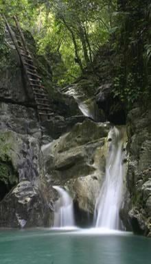 27 Damajagua Waterfalls- Puerto Plata, Dominican Republic 8/07/2017 Nog een laatste waterval en ik heb deze foto gekozen omdat ik vond die ladder daar bij wel iets hebben.