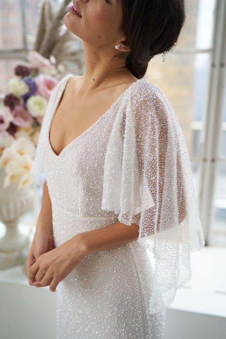 Idéia de vestido de casamento romântico – vestido de noiva profundo com costas em V, detalhes de renda e   – SayIDo❤️