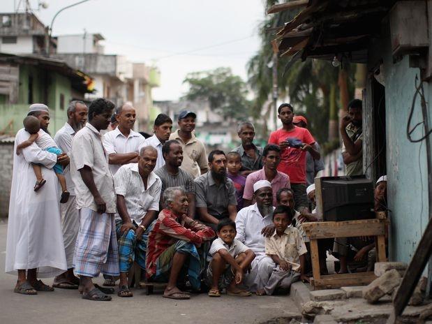 Torcedores do Sri Lanka se reúnem em frente de TV para assistir a partida da seleção de críquete do país contra a Nova Zelândia pela semifinal da Copa do Mundo, em março