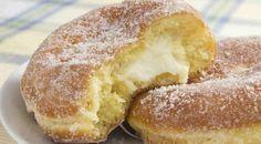 Aprenda uma deliciosa receita de Donuts recheados, que podem ser tanto salgados quanto doces. É uma sobremesa cremosa que chega a dar água na boca. Confira o modo de preparo. Veja também: Recheios para bolo Receita do Buttercream Receita de Glacê Real