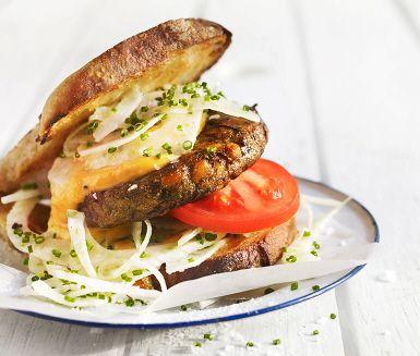 Här får champinjonburgaren sällskap av en krämig aioli med kokt sötpotatis. Servera gärna mellan två surdegsbröd, tillsammans med råhyvlad fänkål, skivade tomater, gräslök och sallad.