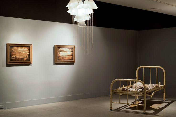 Un colchón recogido de la calle y una cama sacada de un hospital hacen parte de la obra del artista Adrián Gaitán en la exposición PisoPiloto.  ¿Ya la visitaste? http://bit.ly/1LRrsZ5