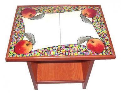 CLAF - Original Mesa Diseño Manzana (COD 023 - Mesa) Fabricada en madera melamina. Cubierta de cerámica. Diseño de manzanas con puntillismo de colores. Medidas: - Largo: 41 cm - Ancho: 31 cm - Alto: 36 cm Precio: $ 12.000 www.claf.cl