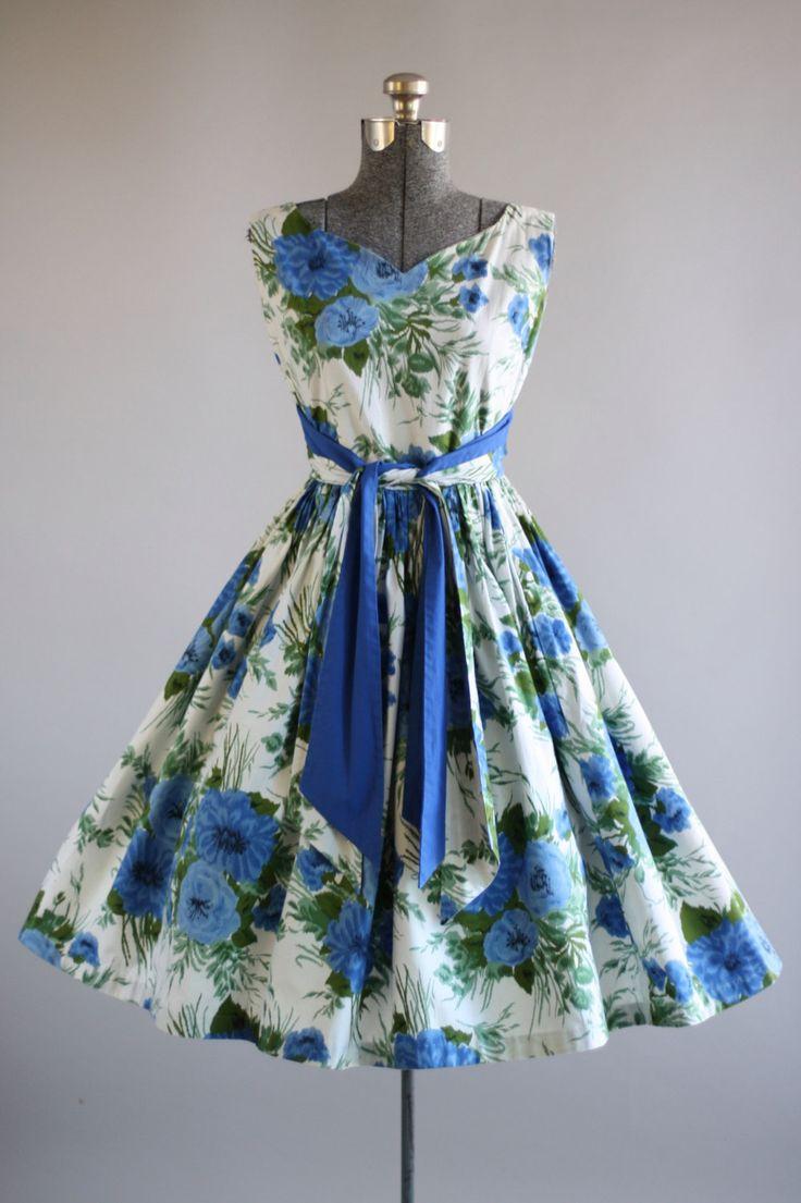 Deze jaren 1950 Peggy Page katoenen jurk is voorzien van een blauwe en groene bloemenprint. V-hals aan de voorkant. Mouwloos. Gesmoord taille en omvat twee taille ceinturen die aan de voorkant binden. Volledige geplooide rok. Nylon rits omhoog achterkant jurk. Zeer goede vintage staat. Houd er rekening mee: petticoat gedragen onder rok voor toegevoegd volheid. Dit stuk is schoongemaakt en is klaar om te dragen!  Label Peggy pagina Katoen stof Geschatte omvang S Label grootte n/b Pit-Pit...