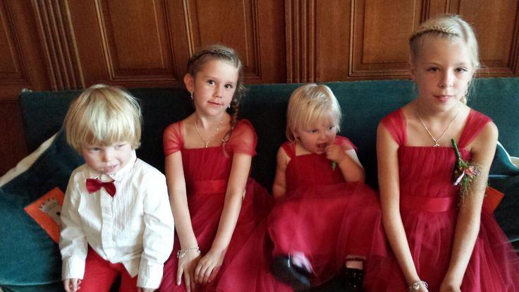 Prachtige rode jurken van Lilly bij Corrie's bruidskindermode. Bruidsmeisje, bruidskinderen, bruidsmeisjes, bruidsmeisjesjurk, bruidskinderkleding. bruidskindermode.nl