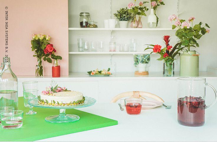 Geef je eetkamer deze zomer een kleurrijke toets! Combineer romantische bloemen met klassiek serviesgoed en werk af met een felle kleur om het geheel nog intenser te maken. Ontdek onze ideeën voor een zomerse eetkamer. #IKEABE #IKEAidee #aantafel #LeveElkeDag #IKEAxStudioWootWoot  Bright up your dining room with romantic flowers and traditional tableware. Discover our ideas for a summerly dining room. #IKEABE #IKEAidea #IKEAxWootWoot