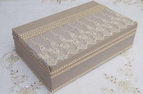 Caixa em MDF revestida com tecido 100% algodão. Apliques em renda e chatons pérola. R$ 90,00