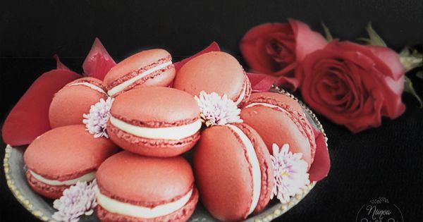 Red Velvet Macarons con relleno de crema de queso, perfectos para acompañar un te o café, o simplemente disfrutar de su sabor.