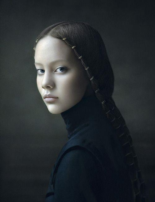 Desiree Dolron La nuova versione: La ragazza con gli orecchini di perle, intramontabile