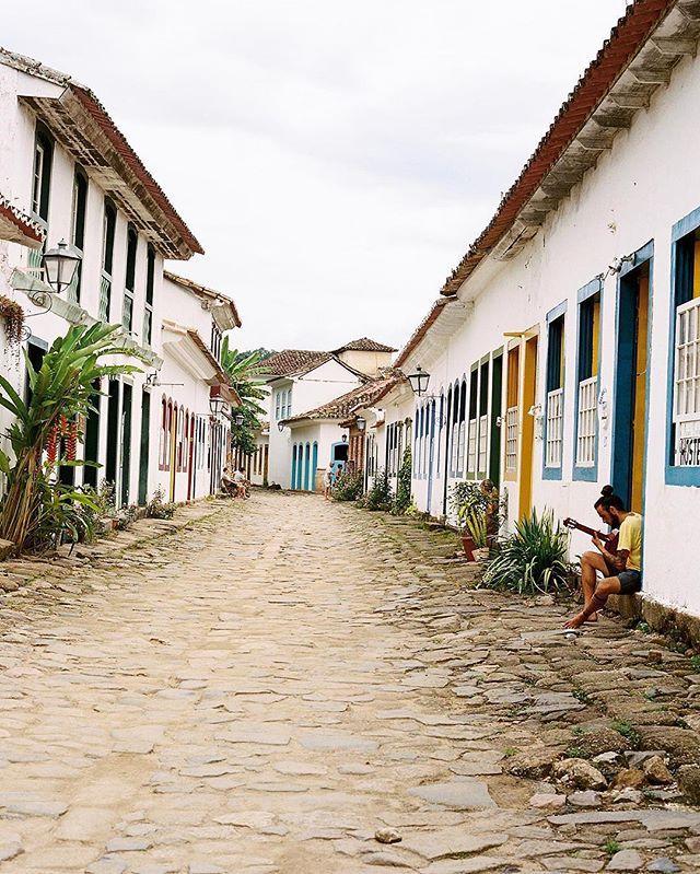 Paraty, Rio de Janeiro @visit.rio ✨ un lugar donde me hubiera gustado detener el tiempo ⏳ #Fuji400h #fujifilm #FIND #Givefilmachance #riodejaneiro  #visitrio #paraty #paratyrj #paratytop #brasil #brazil #pueblosmagicos #rj #errejota #riodejaneiroinstagram #carioca #vidacarioca #cariocando #landscape #landscape_lovers #panoramic #pausjourneys #filmphotography  #visitriocarna