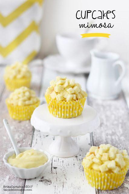 Le cupcakes mimosa sono una alternativa più semplice e veloce alla classica torta mimosa. Soffici e delicate tortine farcite con crema diplomatica e decorate con cubetti di impasto che richiama alla m