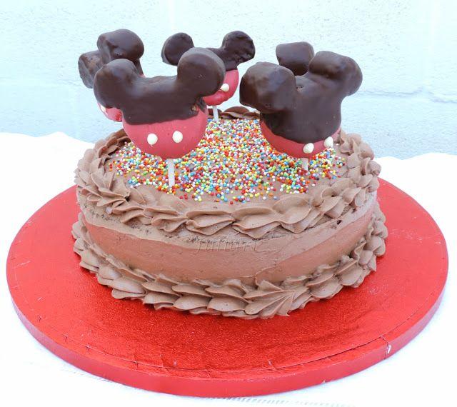 Juliart: Tarta de chocolate con cakepops de Mickey. / Juliart: Chocolate cake with Mickey cakepops.