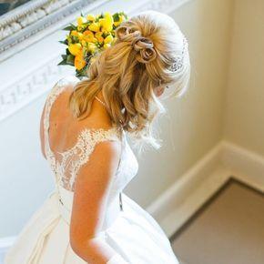 カジュアルな雰囲気に合わせたい華やかハーフアップ♡ Aライン・プリンセスドレスに合うミディアムの髪型 参考用。