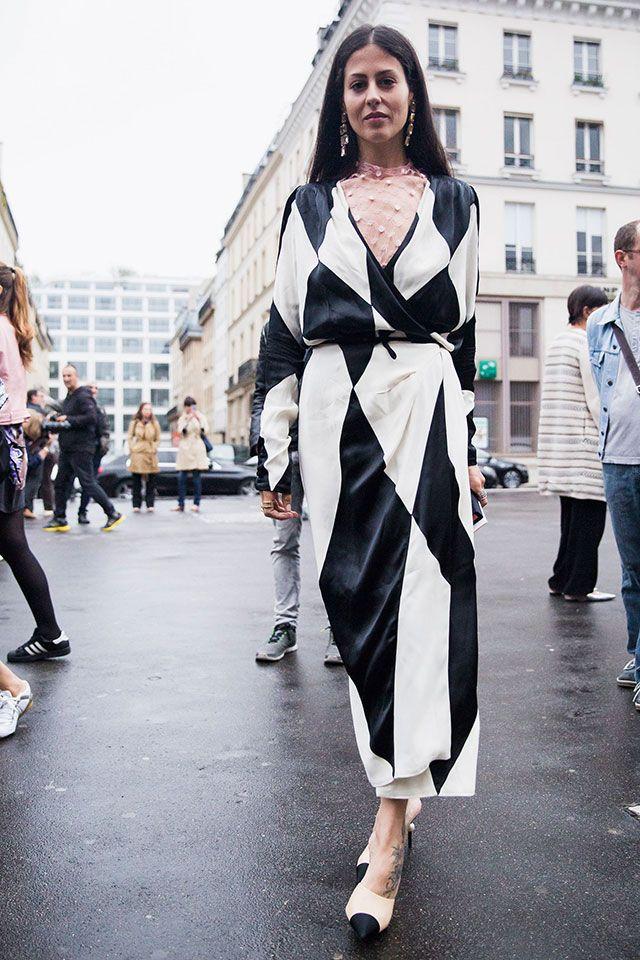 Стоило в Париже полить летнему дождику, как все модники французской столицы надели пальто, плащи и куртки. В Москву циклон (или антициклон, мы, в отличие от моды, не спецы в метеорологии) только идет, а вот гости недели от-кутюр уже вовсю дают
