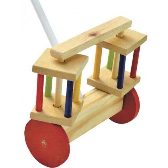 O rola rola é um brinquedo extremamente versátil, o mesmo acompanha uma haste que se acopla ao seu corpo, e ao empurra-lo o mesmo começa a girar.