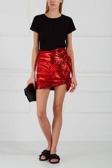 Кожаная юбка-мини Doll Isabel Marant. Короткая юбка изготовлена из натуральной металлизированной кожи ярко-красного цвета. Украшением модели служат асимметричные драпировки сбоку. Стиль этой юбки напоминает моду 1980-х годов, а значит и комбинировать ее лучше с вещами в том же духе.