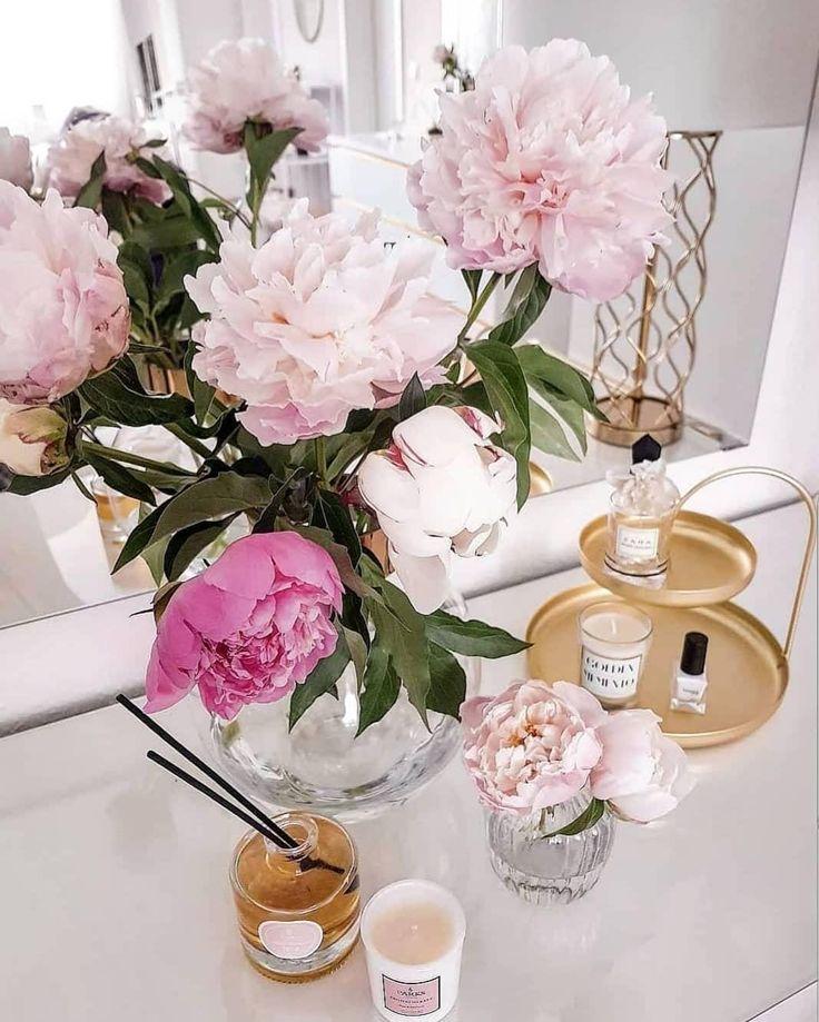 Goldene Details! Wunderschöne Pfingstblumen, eine elegante Glasvase, Duftkerzen, sowie das goldene Deko-Etagere Poise sorgen für einen glamourösen Look! // Deko Dekoration Kommode Wohnzimmer Spiegel Gold Vase Blumen Etagere Pfingstblumen Kerze Ideen Einrichten