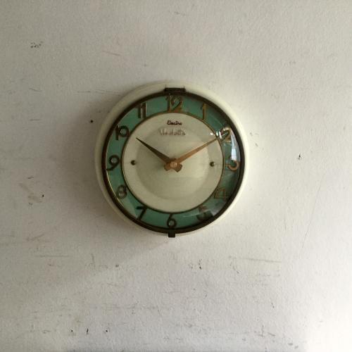 ヴィンテージVedetteのウォールクロック(壁掛け時計)|ホワイトのベースにミントグリーンとゴールドの文字盤が素敵なフランスVedette社の壁掛け時計です!フォルムもキュート!風防ガラスも曲面ガラスのオリジナルです。ご自宅のにはもちろん、カフェやレストラン、洋服屋さん、どこでも目に止まる素敵なインテリアとして壁を飾ってください!