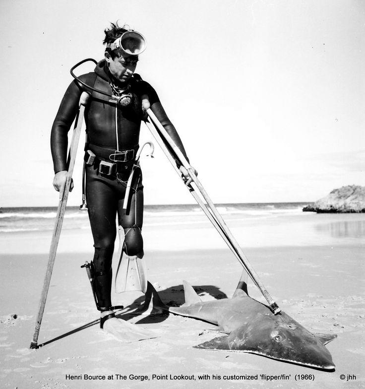 1964 – Henri Bource pierde una pierna en un ataque de tiburón blanco | Mientras se encontraba buceando en el sur de la costa australiana, un tiburón blanco le secciono la pierna izquierda. Momentos desesperados se vivieron tratando de detener el flujo sanguíneo en la pierna de Henri.