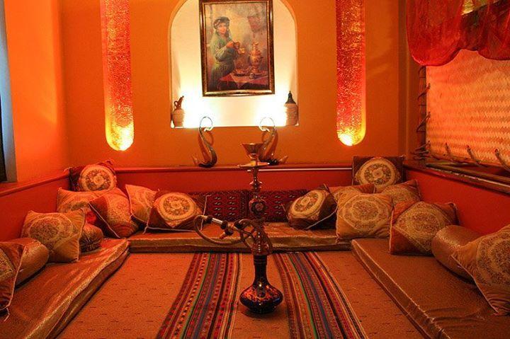 Una stanza decorata con i criteri tradizionali della casa persiana