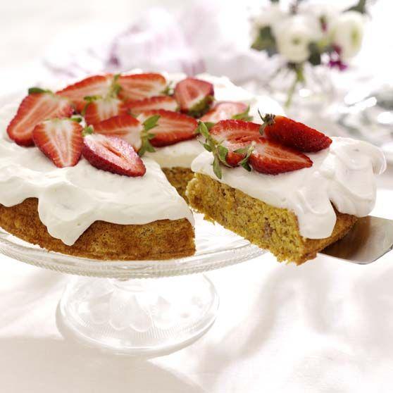 Gulerodskage med jordbær -http://www.dansukker.dk/dk/opskrifter/gulerodskage-med-jordbaer.aspx #dansukker #opskrift #kage #tærte #jordbær #gulerod #lækkert #eat #food #snack #spis #mad