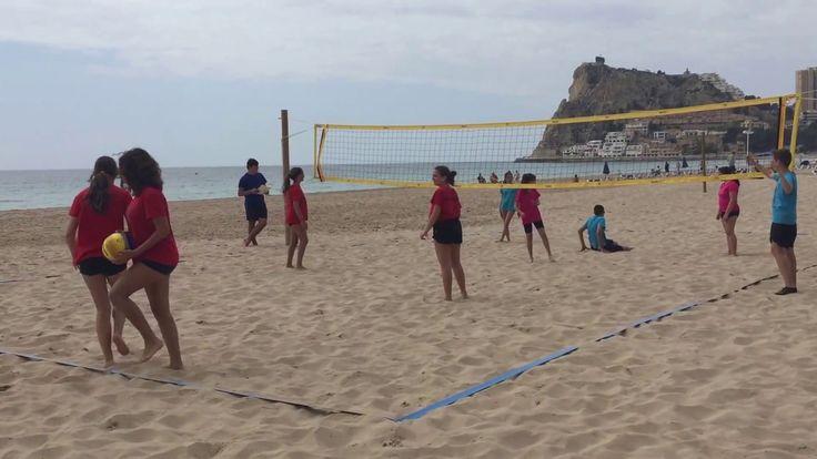 Jóvenes jugando voley playa femenino