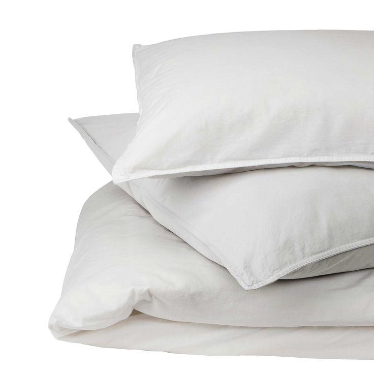 Von unseren Partnern in Portugal aus 100% natürlicher Baumwolle in Leinwandbindung verwoben, ist unsere Bettwäsche Luz Ihr neues Lieblingsaccessoire fürs Schlafzimmer. Der charmante stonewashed Effekt und ein doppelt abgenähter Saum setzen dezente Akzente ohne von der Reinheit der Baumwolle abzulenken. Die Bettwäsche wird mit Knöpfen an der Bettdecke und mit einem Einschlag am Kissenbezug verschlossen.