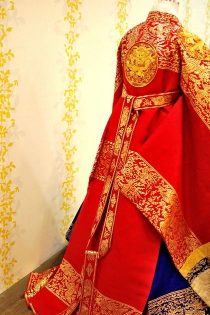 I love the gold and red colors; so vivid and bold, it's simply a feast for the eyes!