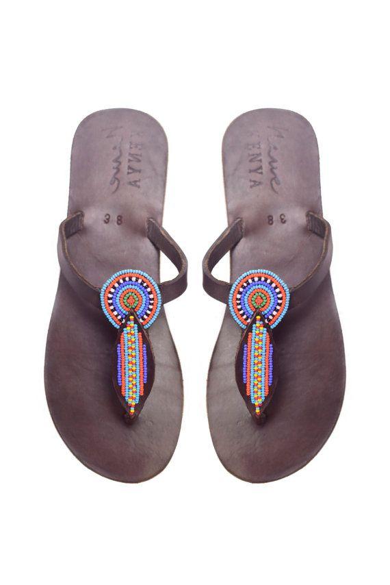 Unsere Jani Beaded Sandale ist 100 % kenianischen, Grausamkeit befreit, Leder mit Perlen Blatt geformt Top in Maasai-Farben. Es ist einfach das perfekte Accessoire zu erhellen jeden Sommer aussehen.  Unsere Designs sind inspiriert durch die lebendigen Farben und die Kultur von Kenia. Wir arbeiten eng mit unseren Handwerkern, jedes Stück unserer Kollektion schaffen, wir Ermächtigung kleine Werkstätten entlang der kenianischen Küste, Arbeitsplätze zu schaffen und den Menschen aus den Dörfern…