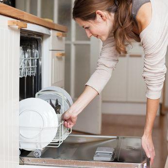 Lave-vaisselle : éliminer les odeurs et détartrer