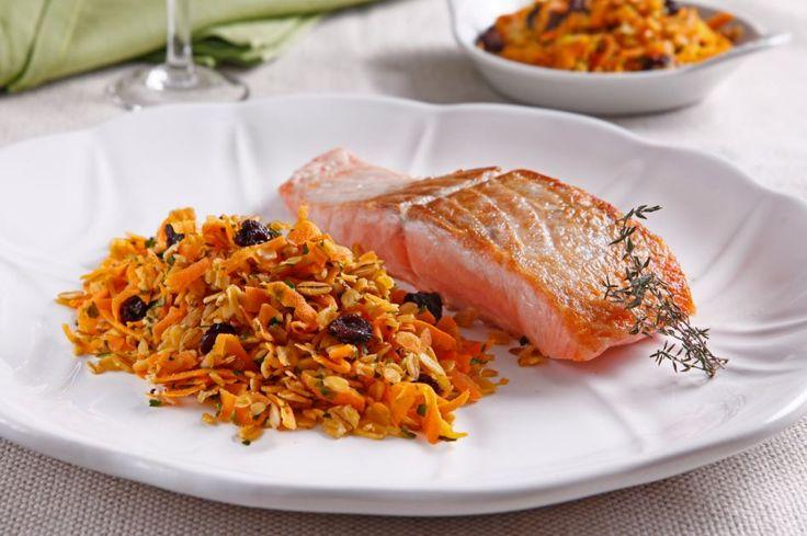 Salmão grelhado com farofa de aveia, cenoura e passas