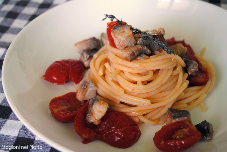Spaghetti con sgombro e pomodorini, un primo piatto semplice da preparare e molto gustoso. Una pasta perfetta per le allegre tavolate estive