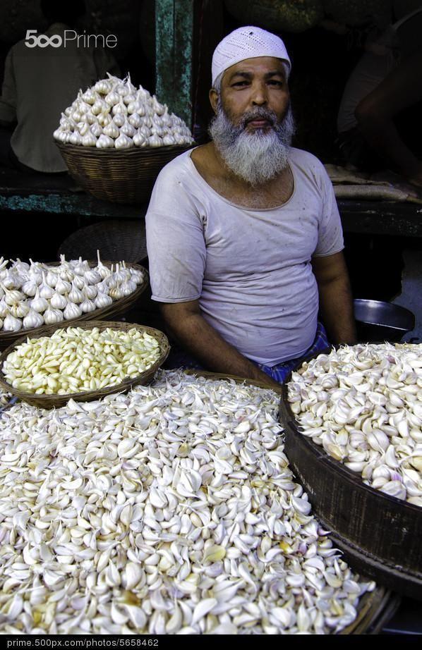 Vendeur d'ail dans les rues de #Bombay en Inde. Garlic man in Mumbai, India.