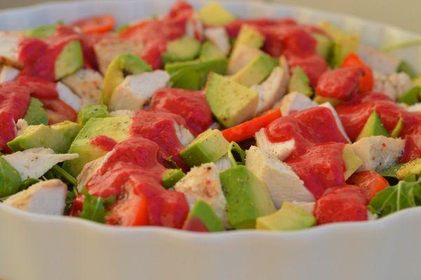 Taka prosta sałatka to luźna propozycja, którą potraktujcie jako inspirację. Bazą jest zielenina, kurczak i awokado, ale można dodać wg uznania także inne warzywa.   Danie diety przyspieszającej metabolizm. Dozwolone w fazie 3. Na śniad
