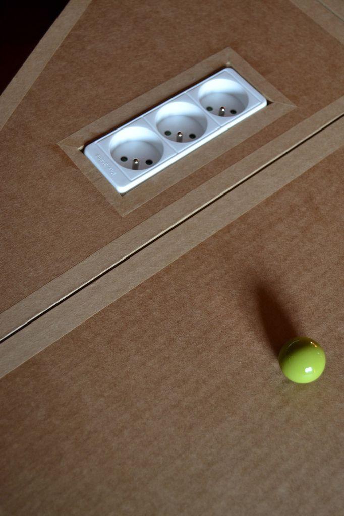 Prise multiple encastrée dans un meuble en carton SG Mobilier Carton - Angers