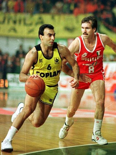 European Champions League 1989 - 1990. ARIS – PHILIPS MILAN --Nikos GALIS facing current Los Angeles Lakers head coach Mike D' Antoni.
