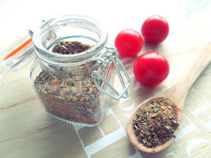 Wil jij minder pakjes en zakjes gebruiken tijdens het koken? Maak dan eens je eigen Italiaanse kruidenmix. Goedkoper en lekkerder!